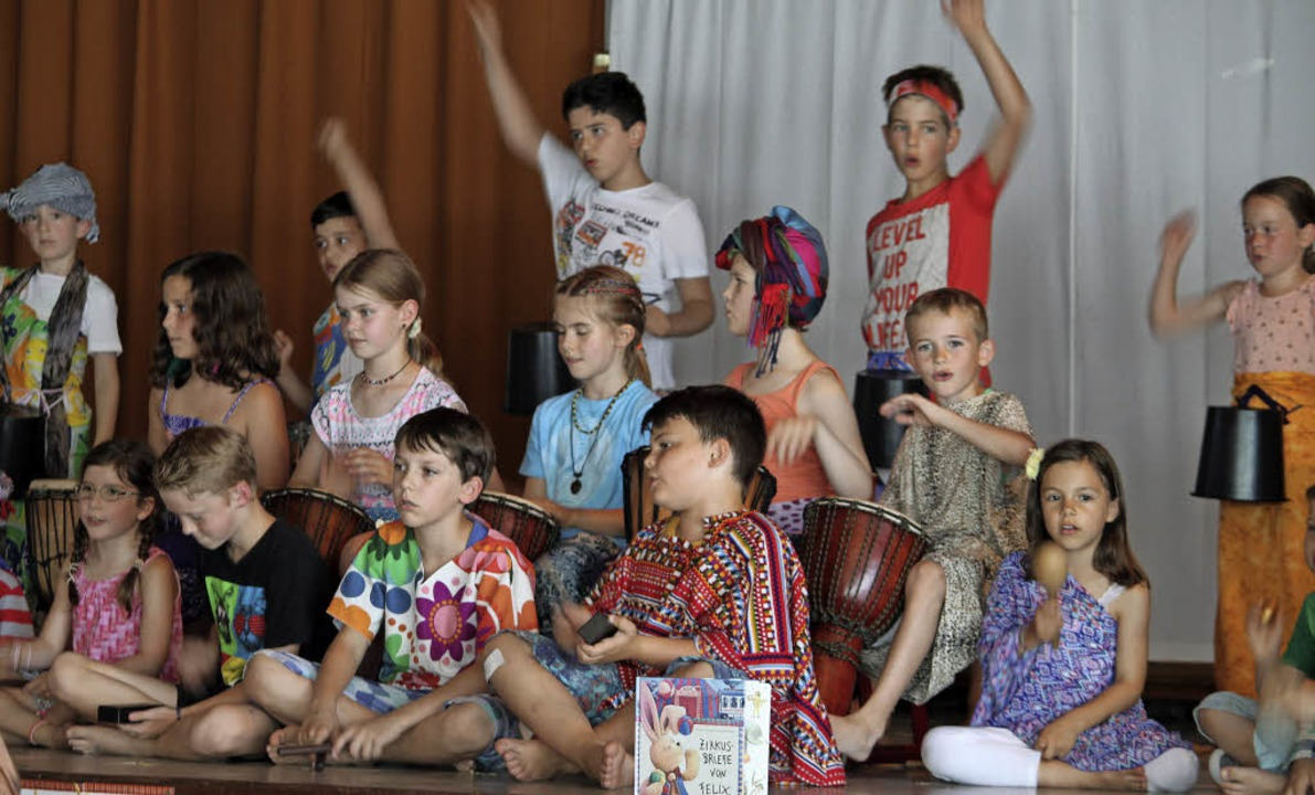 Die Reise des Plüschhasen Felix  in fe..., hier mit  afrikanischen Tanzliedern.  | Foto: lara walter