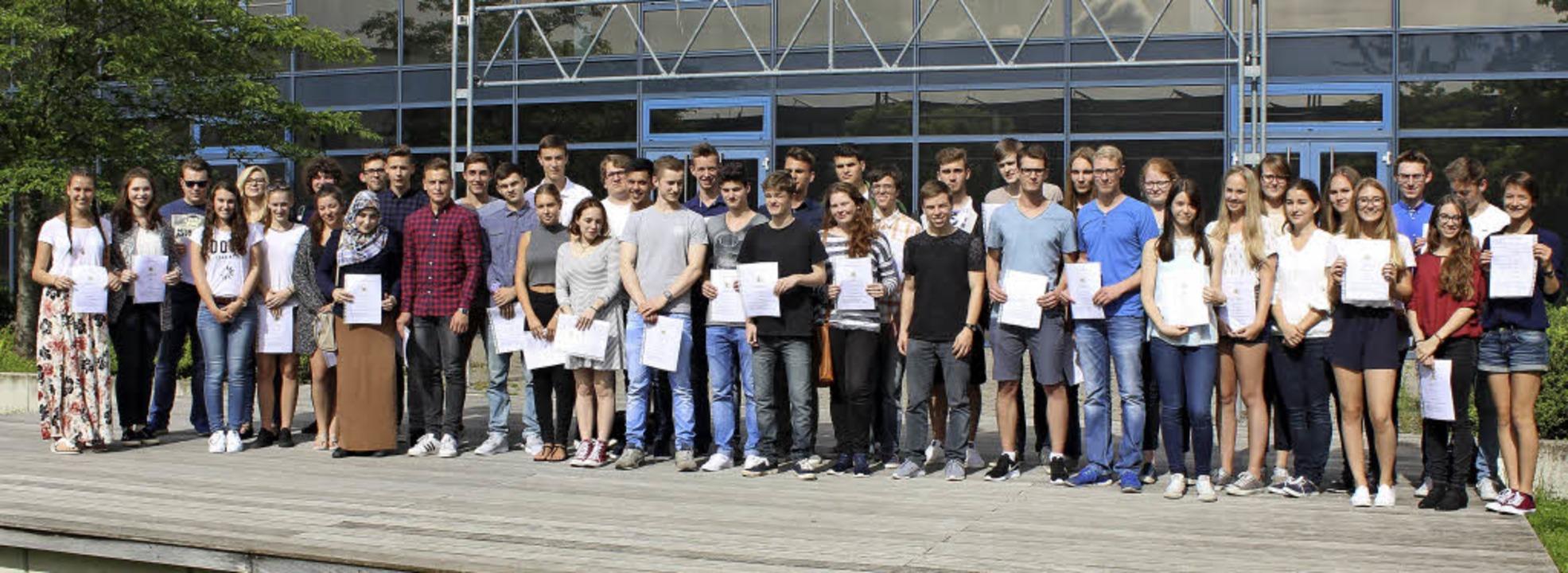 Der Abi-Jahrgang 2016 am Kreisgymnasium Neuenburg mit seinen Zeugnissen  | Foto: Privat