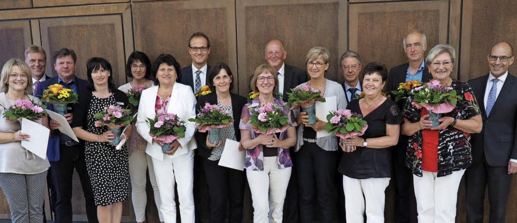 Jubilare und Pensionäre ehrte für die ...llvertreter Erich Greil (ganz rechts).    Foto: Sparkasse