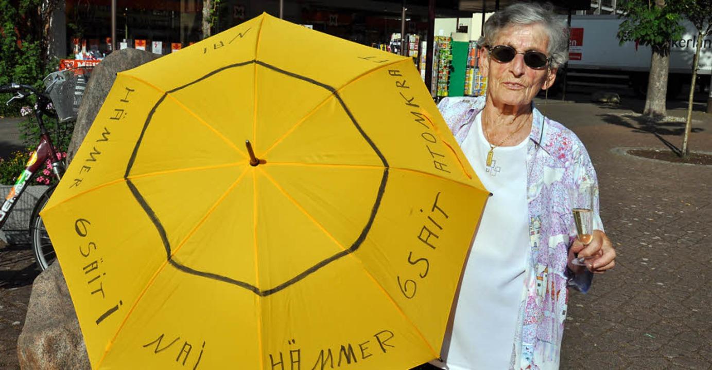Hildedore Krause mit ihrem Anti-AKW-Schirm  | Foto: Kai kricheldorff