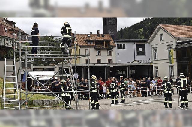 Feuerwehrleute zeigen Leistung