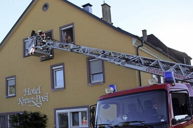 Mehrere Abteilungswehren probten am Hotel Kreuz-Post den Ernstfall