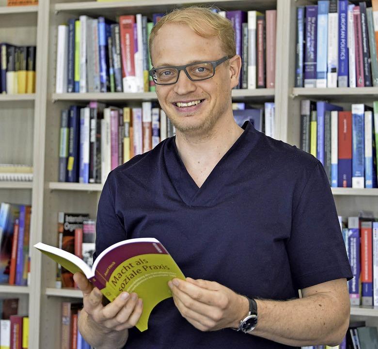 Axel Heck mit seiner veröffentlichten Doktorarbeit.   | Foto: Bamberger