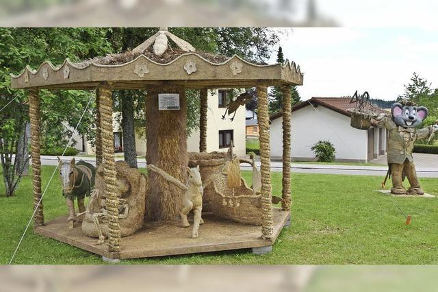 Wunderwerke aus Stroh stehen im Kurpark