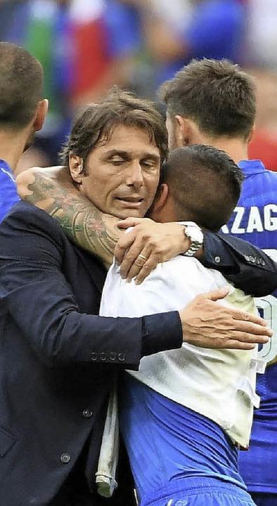 Italiens Trainer Antonio Conte mit Lor...strenge Coach war  vollauf zufrieden.     Foto:  DPA