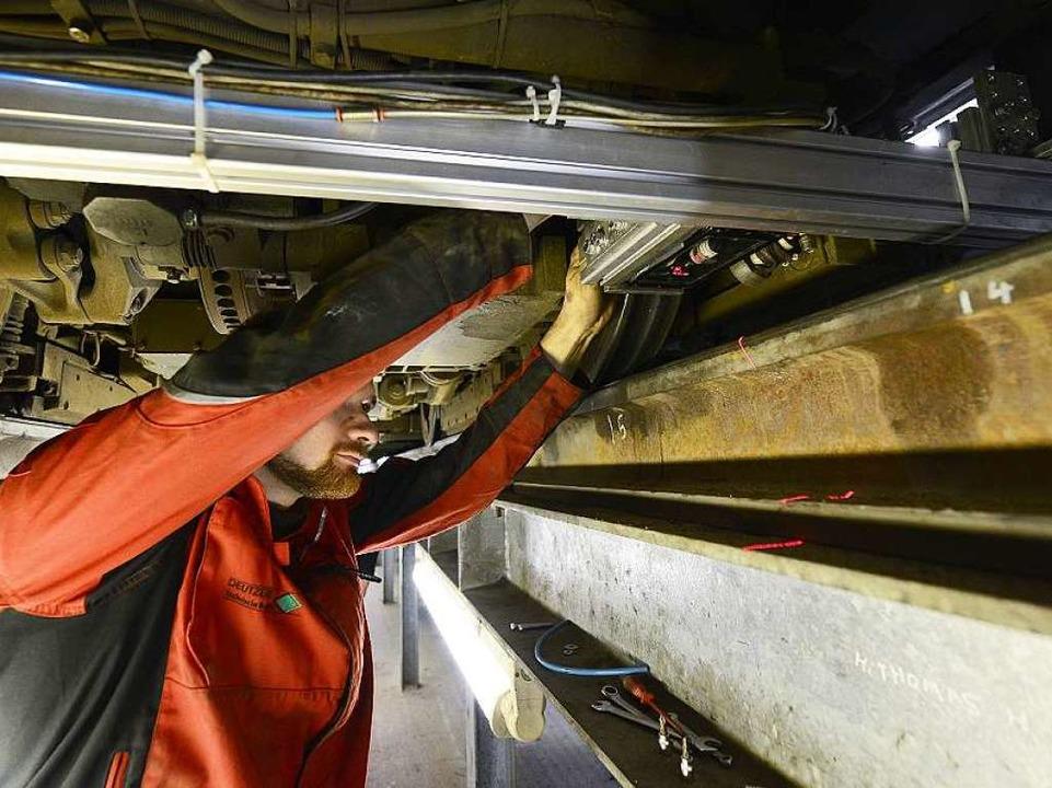 Laser unter der Tram haben bei der Messfahrt die Schienen abgetastet.  | Foto: Ingo Schneider