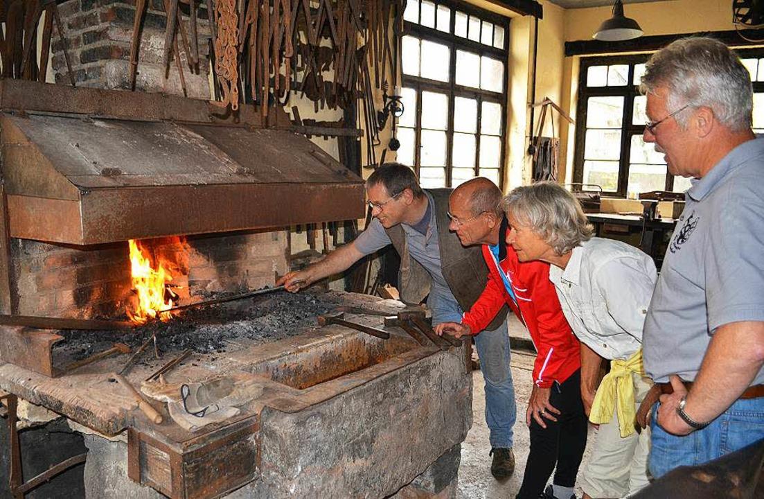 Besucher lassen sich in der alten Schm...ambach die Kunst des Schmiedens zeigen  | Foto: Paul Berger
