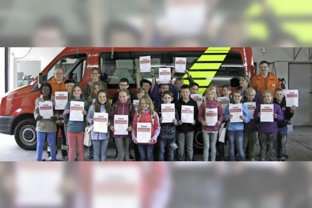 Kinder interessieren sich für die Arbeit der Feuerwehr