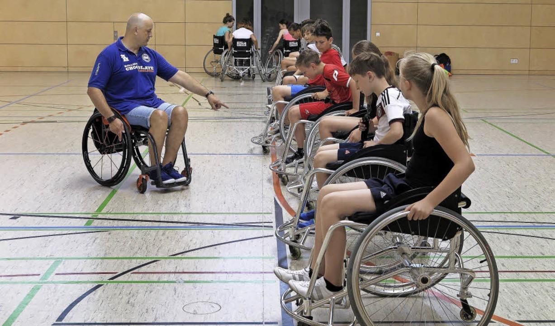 Tempo, Spaß, Spannung: Fünftklässler d...ainer Marco Hopp Rollstuhlbasketball.   | Foto: Dorothee Philipp
