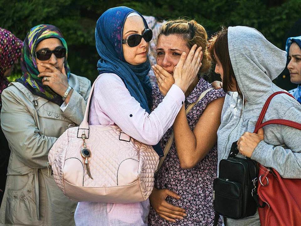 Mindestens 41 Tote und 239 Verletzte b...teigt, Angehörige stehen unter Schock.  | Foto: AFP