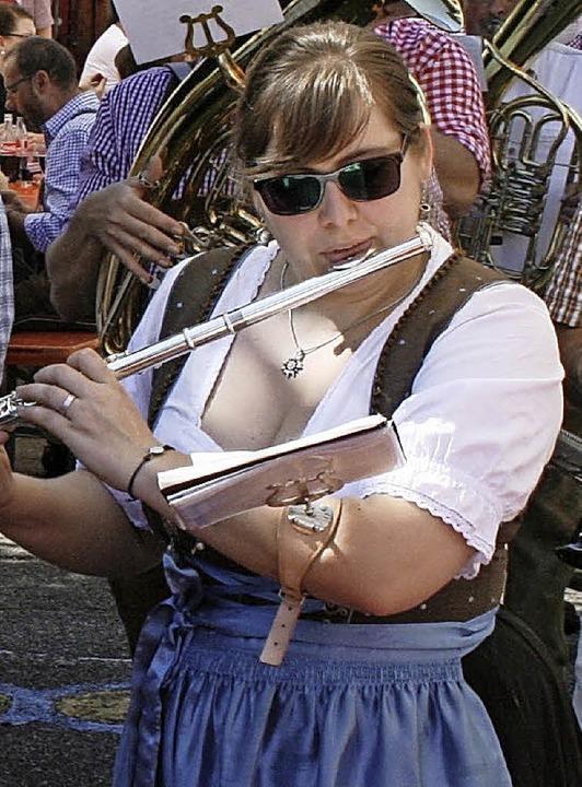 Im feschen Dirndl spielten die Damen des Musikvereins zum Frühschoppenkonzert.  | Foto: Ralph Lacher