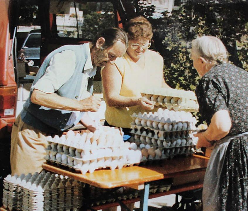 Von Anfang an gab es auf dem Neustädte...er Kundin) half beim Eiergeschäft aus.  | Foto: Privat