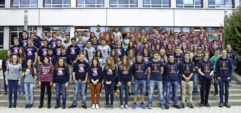 Die Entlassschüler der Realschule  mit...cel Otto (R10c) und Nils Boll (R10d).   | Foto: RS