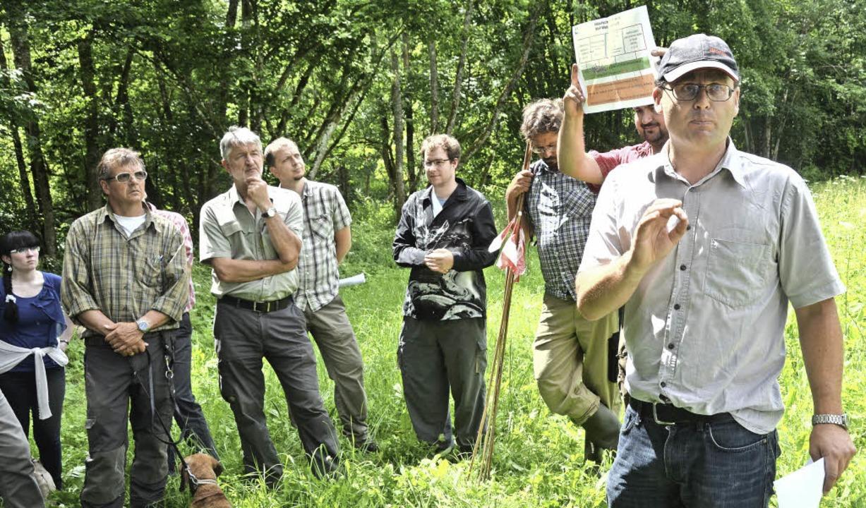 Über die FFH-Gebietserfassung im Wald informierte Dietmar Winterhalter (rechts).  | Foto: Juliane Kühnemund