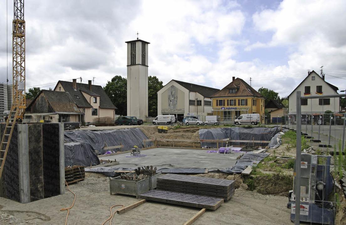 Blick in die Baugrube für die neue Bugginger Dorfmitte     Foto: Martin Pfefferle/FWD Hausbau GmbH