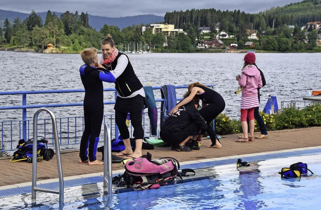 Gegen die Kälte im Wasser hilft der Ne...n Tauchgang professionell ausgerüstet.    Foto: Evamarie Kurfess