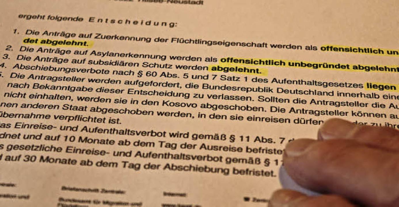 Schwarz auf weiß zu lesen: Die Asylant...t Freiburg nicht anders entscheidet. .  | Foto: Erich Krieger
