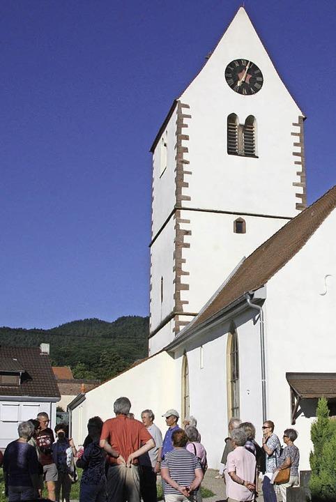 <BZ-FotoAnlauf>Schwarzwaldverein:</BZ-...ße St. Johannes-Kirche in Obereggenen.    Foto: BRONNER