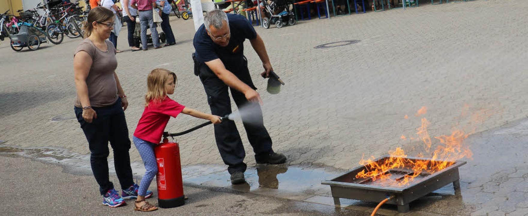 Für die Gäste gab es beim Eichstetter ...h selbst beim Feuerlöschen versuchen.   | Foto: Christa Rinklin