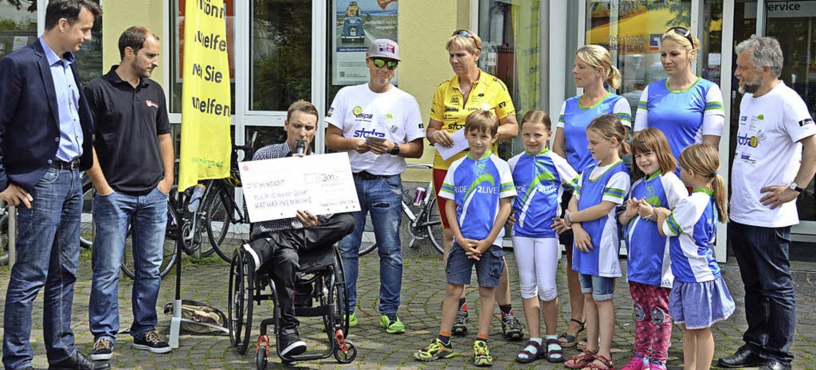 "Bürgermeister Andreas Hall (links) emp...inkgo-Tour"" auf dem Marktplatz.   | Foto: Gerhard Lück"