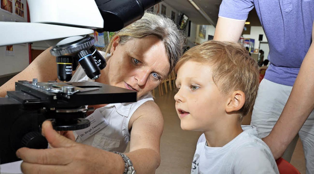 Wie mikroskopieren geht, zeigte  Birgit Zwermann.    | Foto: textdirekt