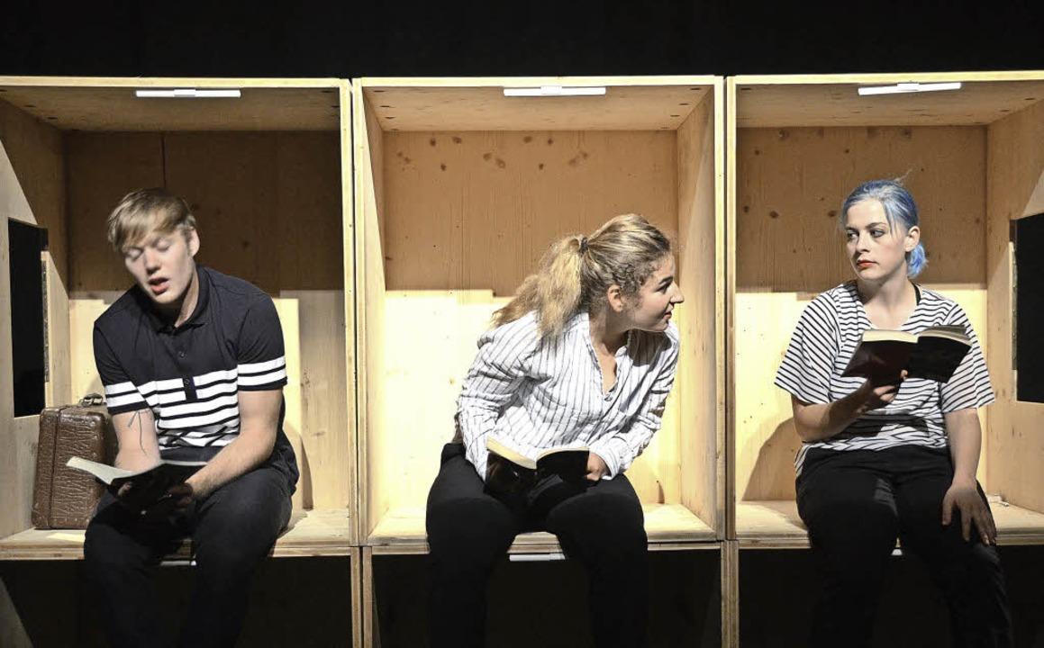 Lilly Tiemeyer (oben), Laura Huber und  Anselm Müllerschön warten auf Transit.  | Foto: Claudia Gabler