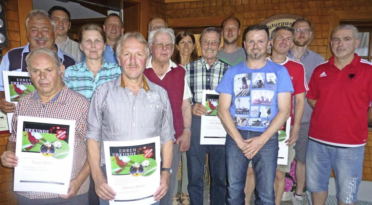 Die geehrten Mitglieder des FC Bernau ...mleweg), Mario Maier, Muhamed Musliu.     Foto: Franz Kaiser