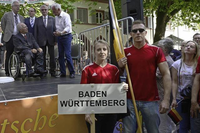 Wolfgang Schäuble begrüßt in Freiburg die sportlichen Zöllner