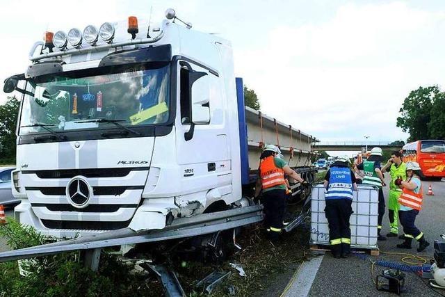 Verunfallter LKW blockiert A5 bei Hohberg