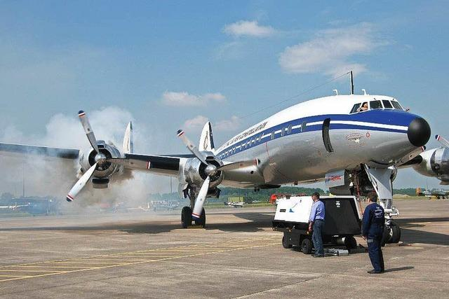 Flugzeug Superconstellation landet in Bremgarten