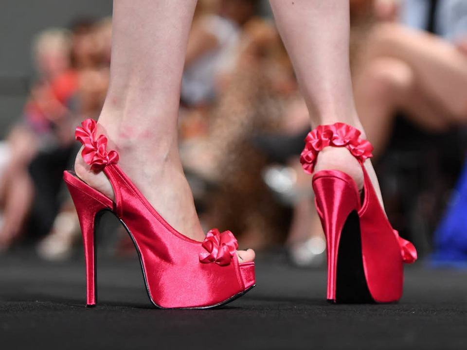 Viele Schuhe werden in Drittweltländern hergestellt.  | Foto: dpa