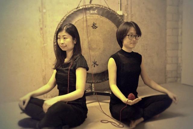 Die Schlagzeugerinnen Yuyoung Jin (Südkorea) und Nanae Kubo (Japan) spielen im Depot.K