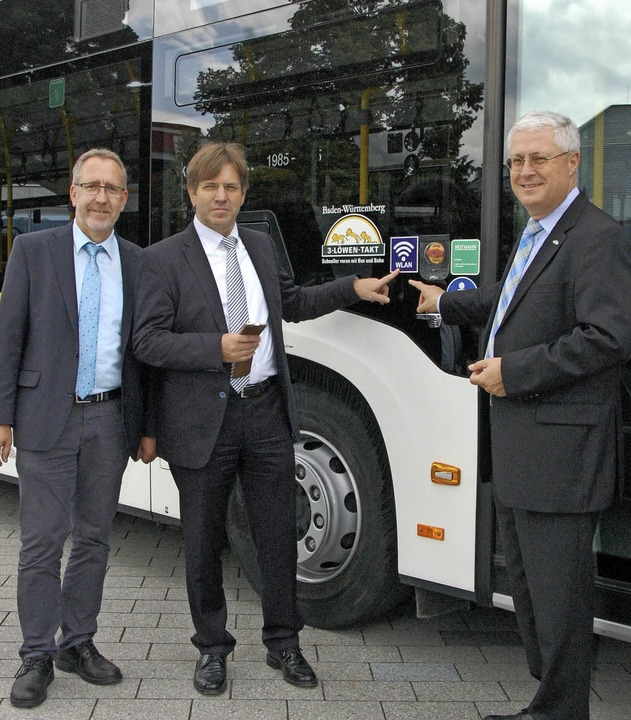 Thomas Lang (Niederlassungsleiter der ...n WLAN-Router in einem SWEG-Bus frei.   | Foto: Frey