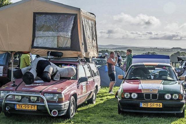 Autos mit Koffern auf dem Dach