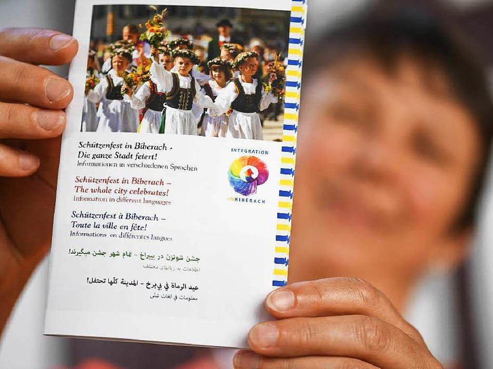 Mit einem Flyer in fünf Sprachen werde...d in Deutschkursen darüber aufgeklärt.  | Foto: dpa