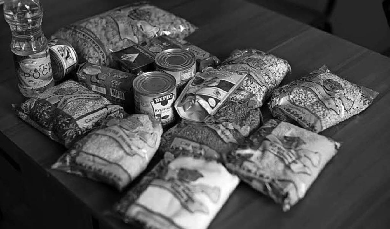 Die Grundnahrungsmittel für ein Lebens...te und der triste Blick in eine Küche.  | Foto: Gabriele Fässler/Privat (2)
