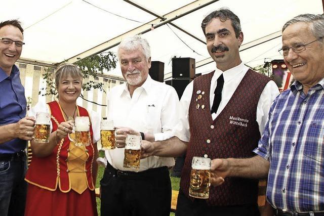 Fassanstich beim Dorffest in Wittelbach