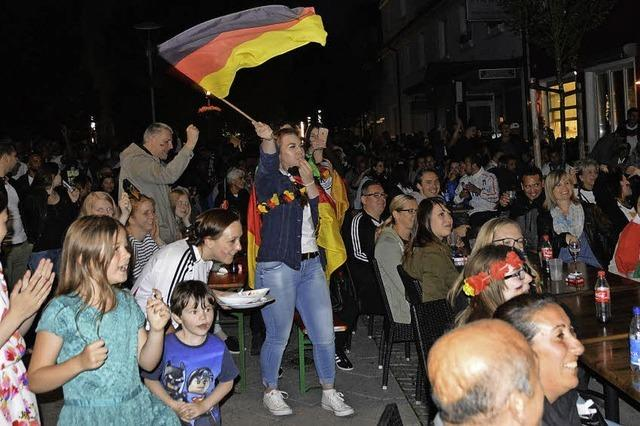 Fans beider Teams feiern friedlich