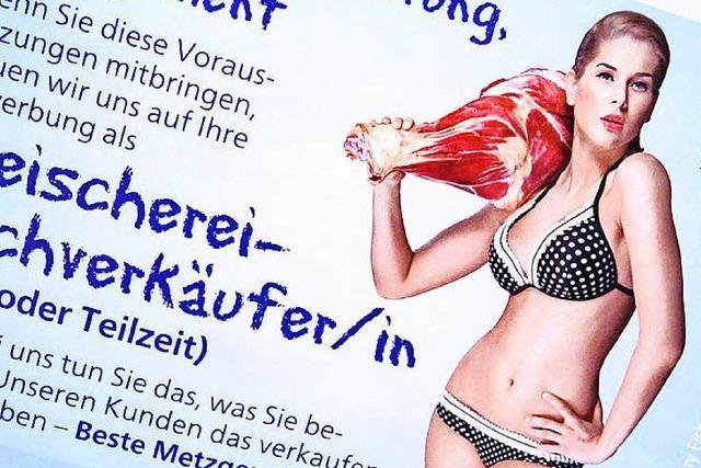 Metzgerin sucht Mitarbeiter mit Bikini-Plakat