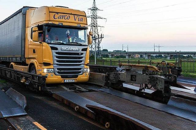 Wie die rollende Landstraße Lastwagen von Freiburg aus über die Alpen transportiert