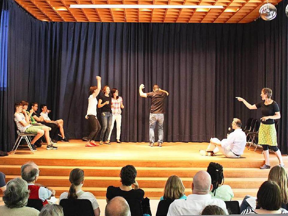 Bei der Theatersportbattle sind gerade die Lehrer dran  | Foto: Erich Krieger
