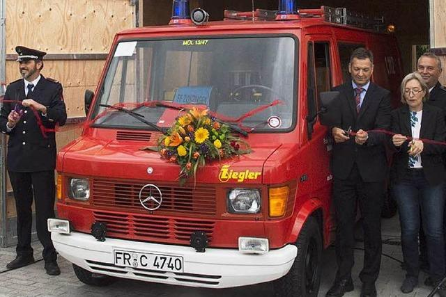 Mini-Dorf feiert sein erstes richtiges Feuerwehrauto