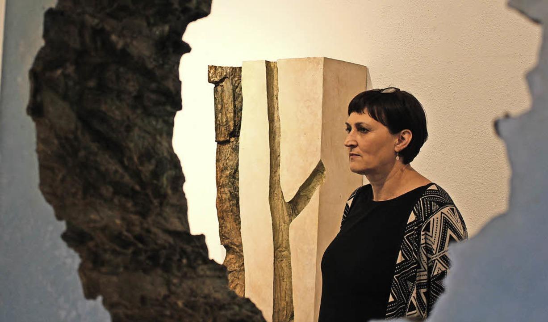 Ute Krautkremer im Blick durch eines der Baumobjekte.   | Foto: Erich Krieger