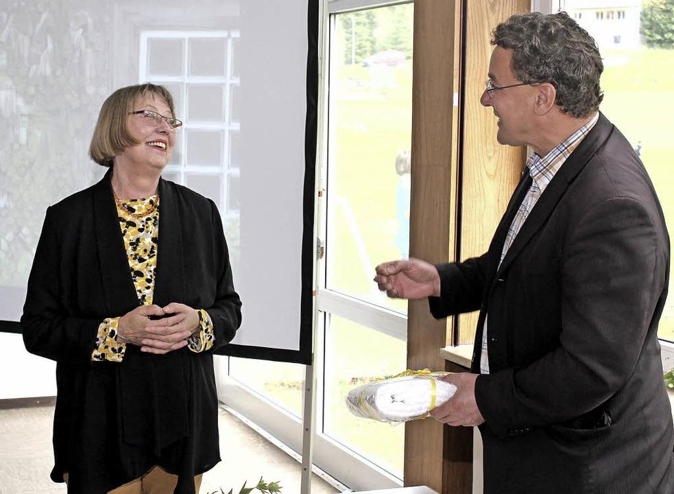 Bürgermeister Alexander Kuckes überrei...Dorfschreiberin  ein Abschiedspräsent.  | Foto: Gert Brichta