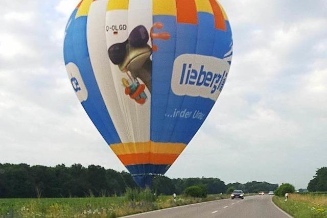 Heißluftballon landet neben Landstraße bei Ichenheim