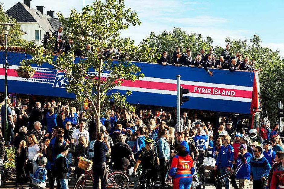 Jubelnde Menschen empfangen Islands Nationalmannschaft in der Hauptstadt Reykjavik. (Foto: AFP)
