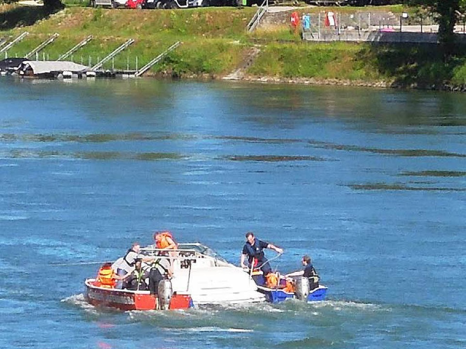 Mit vereinten Kräften brachten die Feu...   Schweizer Sportboot sicher an Land.  | Foto: Feuerwehr