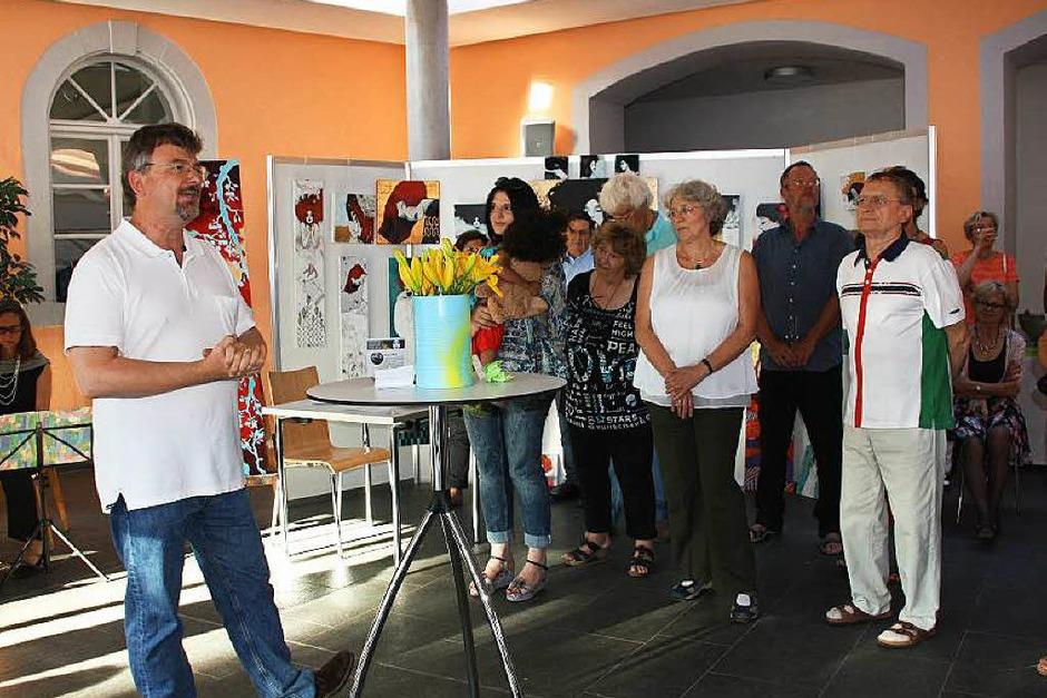 Sehr gut besucht war die Vernissage der 8. Riegeler Künstlertage am Freitagabend im Bürgerhaus. Norman Hothum (li) begrüßte die Künstlerkollegen und Besucher. (Foto: Christiane Franz)