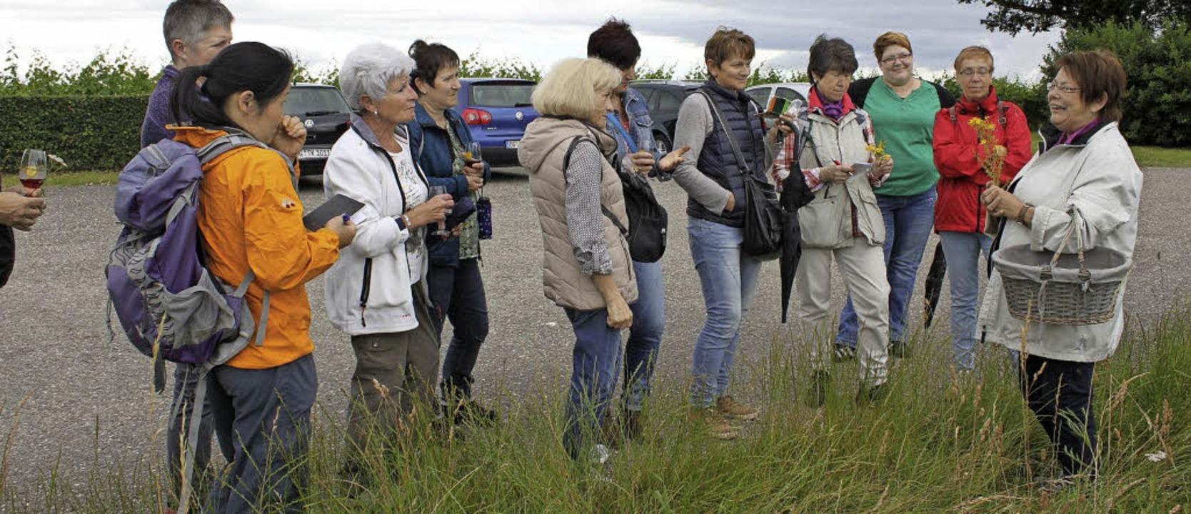 Monika Fischer  (rechts) zeigt, was die Natur zu bieten hat.   | Foto: Adelbert Mutz