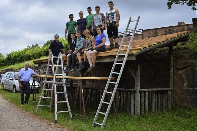 Schüler decken Dach neu